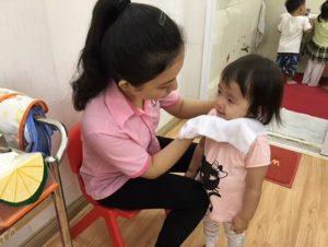 rửa mặt cho trẻ mầm non