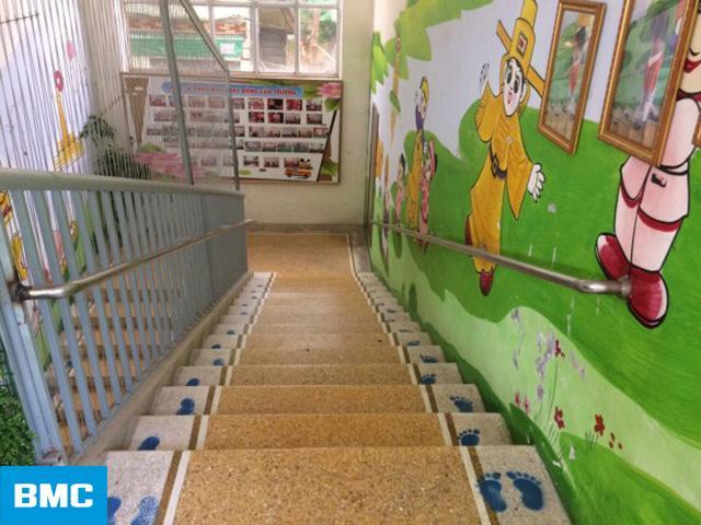 Sử dụng các thiết kế 3D để trang trí cầu thang trường mầm non