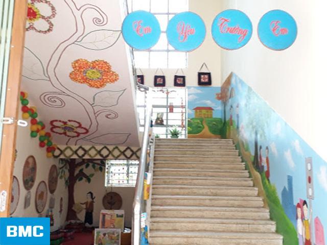 Vẽ tranh tường trang trí cầu thang trường mầm non